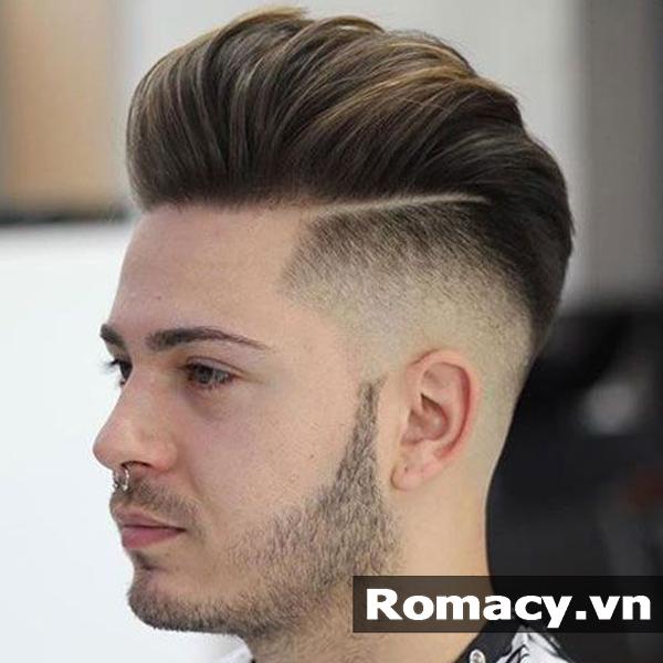 Khi vuốt phần tóc dài phía trên ra đằng sau, tóc sẽ theo theo nếp một cách  tự nhiên tạo độ phồng khiến tóc bồng bềnh hơn và các chàng trở nên cuốn hút  hơn.