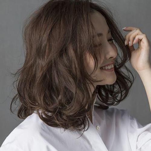 Kiểu tóc uốn xoăn nhẹ Hàn Quốc tuyệt đẹp cho chị em công sở - Ảnh 10