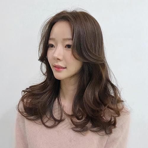 Kiểu tóc uốn xoăn nhẹ Hàn Quốc tuyệt đẹp cho chị em công sở - Ảnh 3