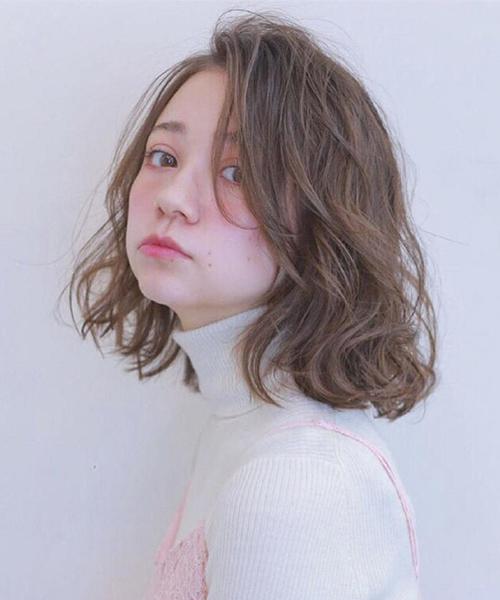 Kiểu tóc uốn xoăn nhẹ Hàn Quốc tuyệt đẹp cho chị em công sở